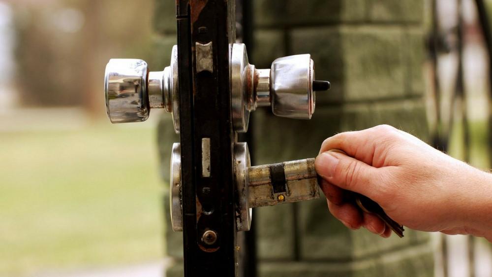 image article comment changer le cylindre d'une porte